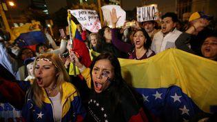 Des Vénézueliens qui vivent au Pérou manifestent devant l'ambassade du Vénézuela, à Lima, jeudi 1er septembre 2016. (MARIANA BAZO / REUTERS)