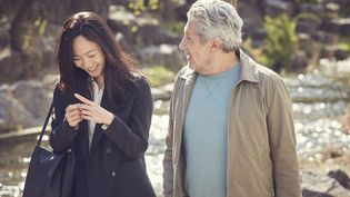 """Éric Lartigau, le réalisateur de """"La famille Bélier"""", sort un nouveau film intitulé #JeSuisLà. Une comédie très tendre avec Alain Chabat qui interprète un quinquagénaire en pleine crise qui se réfugie sur les réseaux sociaux et tombe amoureux. (GAUMONT DISTRIBUTION)"""