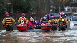 Les secours évacuent des résidents de York, dans le nord de l'Angleterre, le 27 décembre 2015. (OLI SCARFF / AFP)