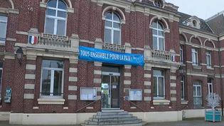 À Avesnes-les-Aubert, dans le Nord, les habitants sont obligés de sourire, selon un arrêté municipal un peu spécial. Ce n'est pas la première fois que telle initiative insolite est lancée. Reportage. (FRANCE 2)
