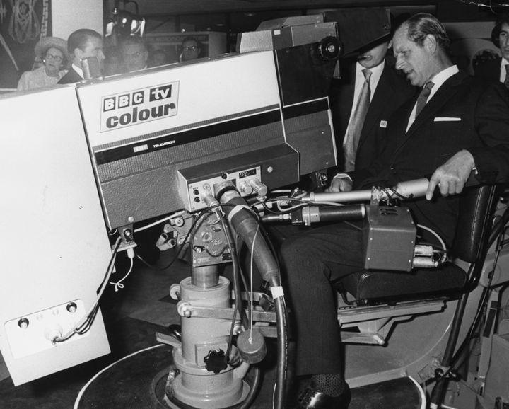 Le prince Philip manipule une caméra de télévision à l'occasion d'une exposition pour le 50e anniversaire de la BBC à Mullard House, le 1er novembre 1972, à Londres. (WESLEY / HULTON ROYALS COLLECTION / GETTY IMAGES)