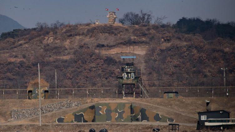 En haut de ce mont près de la zone démilitarisée où se tiennent les discussions du 9 janvier, un poste militaire nord-coréen et au pied, une position sud-coréenne. (ED JONES / AFP)