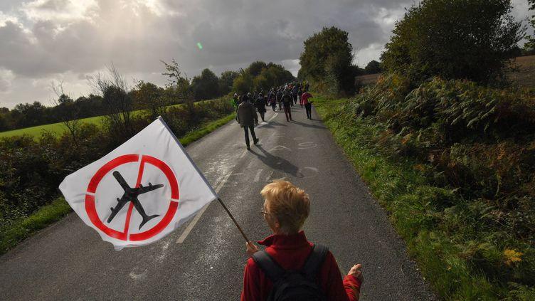 Des opposants au projet d'aéroport de Notre-Dame-des-Landes (Loire-Atlantique) manifestent sur le site où doit débuter le chantier, le 21 octobre 2017. (LOIC VENANCE / AFP)