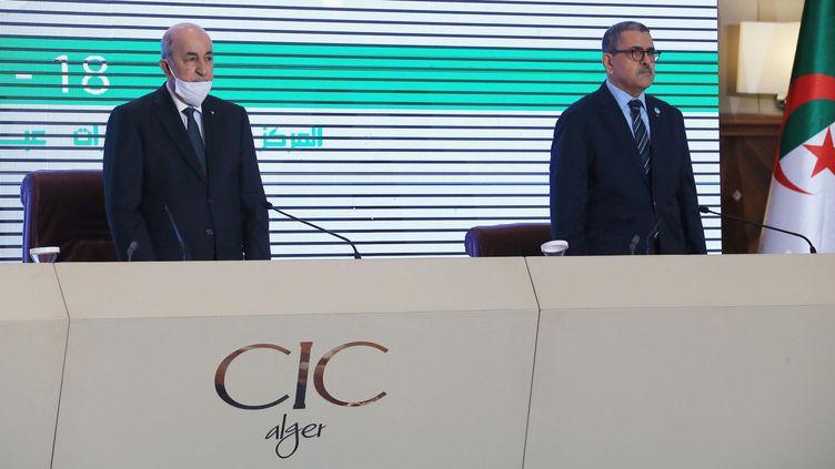 Le président algérien Abdelmadjid Tebboune (à gauche) et son premier ministre Abdelaziz Djerad lors d'une conférence consacrée à la relance de l'économie algérienne. Le 18 août 2020. (Billal Bensalem / NurPhoto / NurPhoto via AFP)