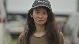 """Chloe Zhao assiste à la projection en plein air de son film """"Nomadland"""" le vendredi 11 septembre 2020, Rose Bowl de Pasadena, en Californie. (RICHARD SHOTWELL/AP/SIPA / SIPA)"""