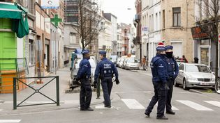 Des policiers belges à Molenbeek (Belgique), le 19 mars 2016. (THIERRY MONASSE / AFP)