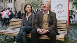 """Anne Goscinny, la fille de Réné Goscinny, et Jean-Jacques Sempé posent lors d'une exposition dédiée au """"Petit Nicolas"""", le 18 juin 2014 à Paris. (JACQUES DEMARTHON / AFP)"""