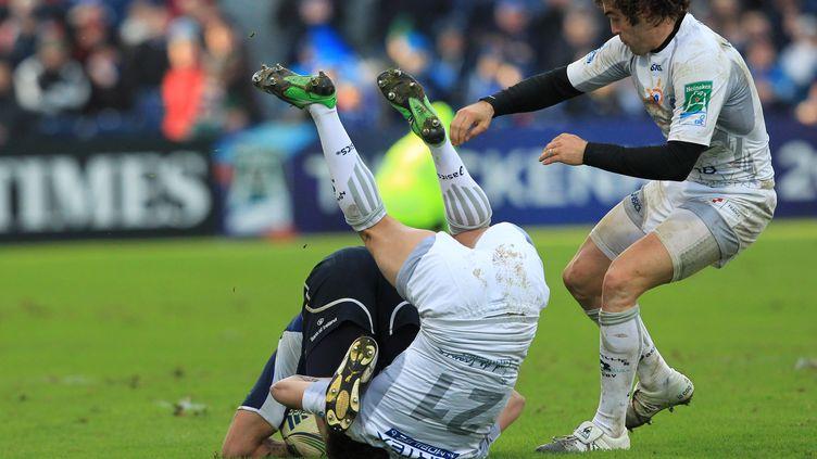 Le Montpelliérain Benoît Paillaugue à la lutte avec le joueur du Leinster Isa Nacewa lors du match Leinster-Montpellier en H-Cup, le 21 janvier 2012. (PETER MUHLY / AFP)