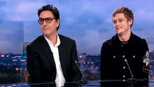 """Yvan Attal et Rod Paridot sur le plateau du 20H de France 2 pour la dernière pièce de Florian Zeller, """"Le Fils"""".  (Culturebox - capture d'écran)"""