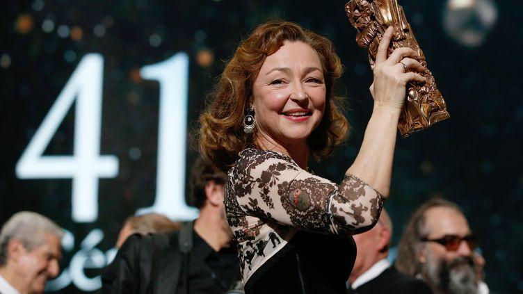 Catherine Frot posesur la scène du théâtre du Châtelet à Paris avec son Césarrécompensant la meilleure actrice, vendredi 26 février 2016. (PATRICK KOVARIK / AFP)