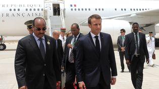 La président mauritanienMohamed Ould Abdel Aziz accueille le président français Emmanuel Macron à sa descente d'avion à Nouakchott (Mauritanie), le 2 juillet 2018, avant de se rendre au Nigéria. (LUDOVIC MARIN / POOL)