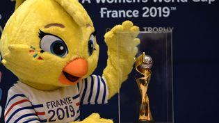 """""""Ettie"""", la mascotte de la Coupe du monde féminine de football, le 7 décembre 2018, à Paris. (FRANCK FIFE / AFP)"""