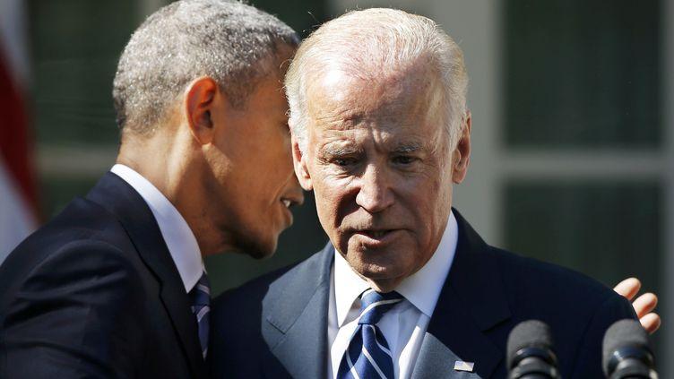 Le président Barack Obama embrasse Joe Biden, qui a annoncé renoncer à être candidat à la Maison Blanche, le 21 octobre 2015, à Washington (Etats-Unis). (CARLOS BARRIA / REUTERS)