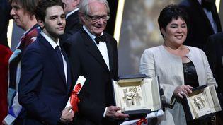 Xavier Dolan, Ken Loach etJaclyn Jose, le 22 mai 2016 lors de la cérémonie de clôture du 69e festival de Cannes. (ALBERTO PIZZOLI / AFP)
