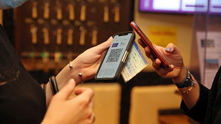 Une personne montre le QR code de son pass sanitaire. Photo d'illustration. (VANESSA MEYER / MAXPPP)