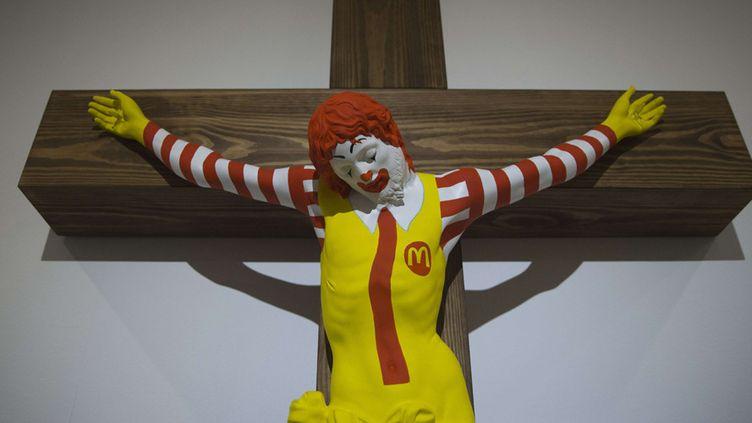 """""""McJesus"""", le clown du McDonald's crucifié dans l'œuvre de l'artiste finlandais Jani Leinonen, exposé à Haifa (14 janvier 2019)  (Oded Balilty / AP / Sipa)"""