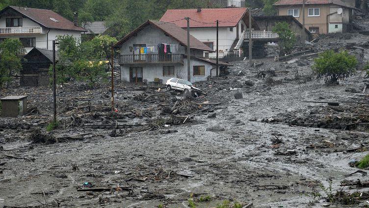 Eboulementaprès des pluies diluviennes dans le village de Topcic Polje, près de Zenica (Bosnie) le 15 mai 2014 (ELVIS BARUKCIC / AFP)