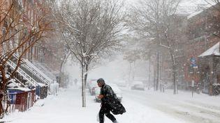 Un passant affronte la tempête de neige qui s'est abattue sur Brooklyn, le 9 février 2017, à New York (Etats-Unis). (LUCAS JACKSON / REUTERS)