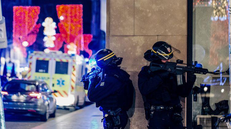 Des officiers de police en position près de la scène de la fusillade commise à Strasbourg (Bas-Rhin), mardi 11 décembre 2018. (ABDESSLAM MIRDASS / AFP)