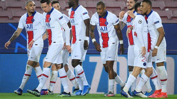 Les Parisiens célèbrent leur quatrième but du match, le troisième de Kylian Mbappé, le 16 février 2021 à Barcelone. (LLUIS GENE / AFP)