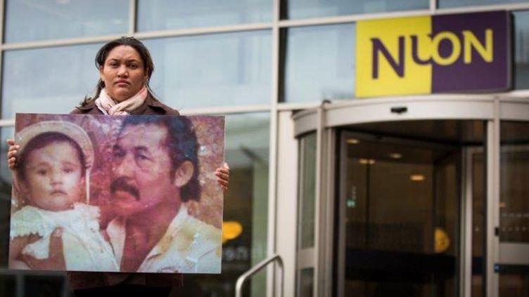 (Maira Mendez Barboza, devant le siège de Nuon, énergéticien néerlandais © Amis de la Terre)