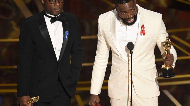 """Barry Jenkins (à gauche) et Tarell Alvin McCraney reçoivent le prix du meilleur scénario pour """"Moonlight"""" à la cérémonie des Oscars, auDolby Theatre, à Los Angeles, le 26 février 2017. (CHRIS PIZZELLO/AP/SIPA)"""