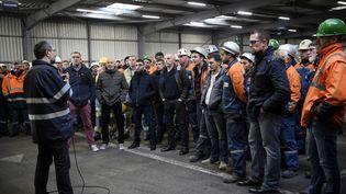 Les employés de l'aciérie British Steel Saint-Saulve, alors Ascoval, écoutent leur directeur d'alors, Franck Dourlens, dans leur usine, le 12 décembre 2018 à Saint-Saulve (Nord). (FRANCOIS LO PRESTI / AFP)