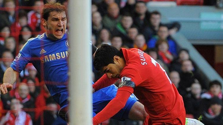 l'instant où Ivanovic (Chelsea) se fait mordre par Suarez (Liverpool)