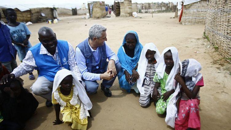 Filippo Grandi, le Haut commissaire des Nations unies pour les réfugiés (2e à partir de la gauche), visite le15 août 2017 lecamp d'Al-Nimir (Darfour) qui accueille des milliers de réfugiéssud-soudanais ayant fui la guerre et la famine. (ASHRAF SHAZLY / AFP)