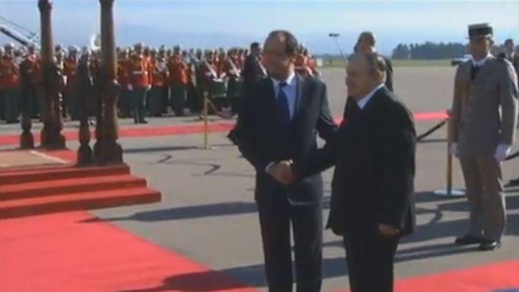 Capture d'écran de la vidéo montrant François Hollande, président de la République, et son homologue algérien, Abdelaziz Bouteflika,le 19 décembre 2012 à Alger (Algérie). (FRANCETV INFO)