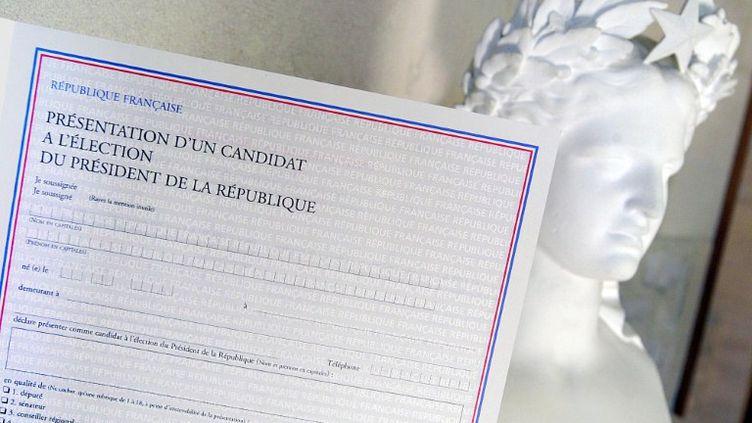 Le formulaire de parrainage pour l'élection présidentielle. (MYCHELE DANIAU / AFP)