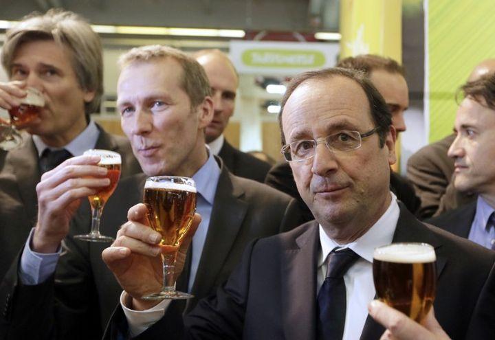 François Hollande au Salon de l'agriculture, le samedi 23 février 2013 avec le ministre de l'Agro-alimentaire, Guillaume Garot, à Paris. (KENZO TRIBOUILLARD / AFP POOL)