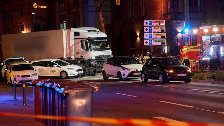 Le camion qui a percuté plusieurs voitures lundi 7 octobre 2019 au soir, à Limburg, en Allemagne. (SASCHA DITSCHER / DPA / AFP)