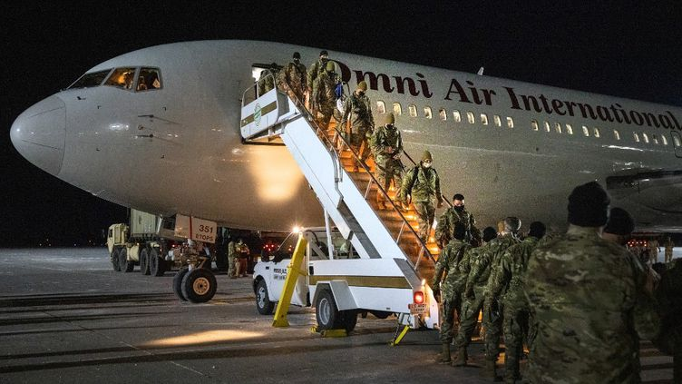 Un bataillon américain atterrit à la base militaire deFort Drum, aux Etats-Unis, après un déploiement deneuf mois enAfghanistan, le 8 décembre 2020. (JOHN MOORE / GETTY IMAGES NORTH AMERICA / AFP)