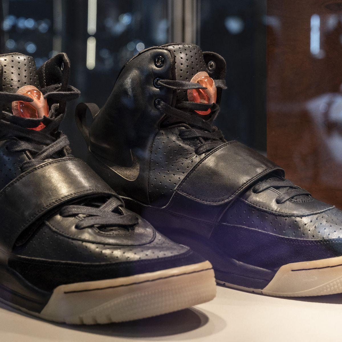 Une paire de baskets Nike Air Yeezy 1 de Kanye West vendues 1,8 ...