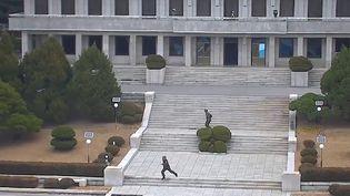 Capture d'écran d'une vidéo duCommandement des Nations unies en Corée, montrant un soldat faisant défection et fuyant vers la Corée du Sud, sous les balles de militaires nord-coréens, le 13 novembre 2017. (HANDOUT / UNITED NATIONS COMMAND / AFP)