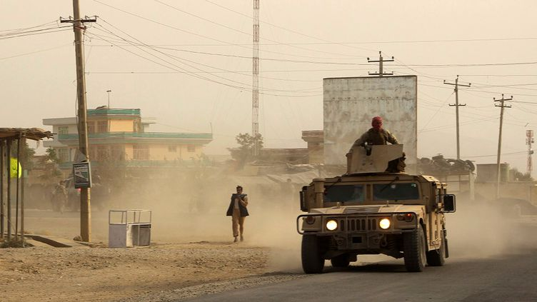 Des militaires se dirigent vers une zone de combat avec les talibans à Kunduz, dans le nord de l'Afghanistan, le 28 septembre 2015. (NAJIM RAHIM / AFP)