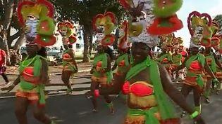 Le carnaval est le sujet du feuilleton de France 2 de cette semaine. Celui de Guadeloupe regorge de musique, de couleurs, de soleil et de belles ambiances. Sur l'île, il dure deux mois. (FRANCE 2)