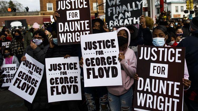 Des manifestants célèbrentle verdict du procès de Derek Chauvin, le 20 avril 2021, à Minneapolis (Minnesota). (STEPHEN MATUREN / GETTY IMAGES NORTH AMERICA / AFP)