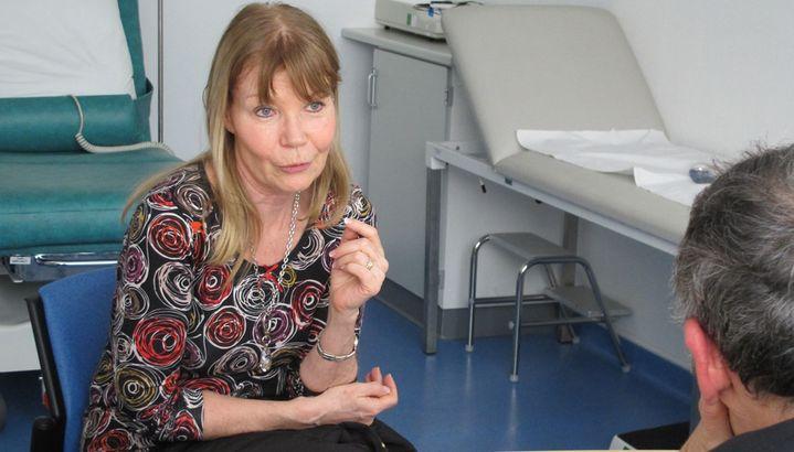 Christine à la consultation du professeur Pascal Pujol, le 19 février 2013. (MARION SOLLETTY / FRANCETV INFO)