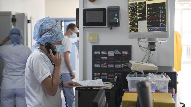 Des soignants travaillent dans le service de réanimation de l'hôpital Emile Muller à Mulhouse (Haut-Rhin), le 23 juillet 2021. (SEBASTIEN BOZON / AFP)