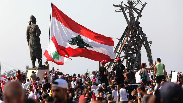 Des manifestants rassemblés devant le port de Beyrouth (Liban) le 4 août 2021, un an après l'explosion qui l'avait ravagé. (IBRAHIM AMRO / AFP)