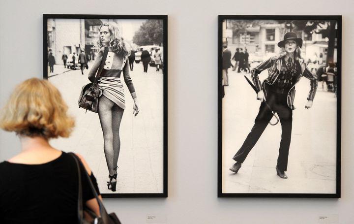 "Deux photos de Julne Newton alias Alice Springs lors de l'exposition ""Alice Springs"" en juin 2010 à Berlin. (JOHANNES EISELE / AFP)"