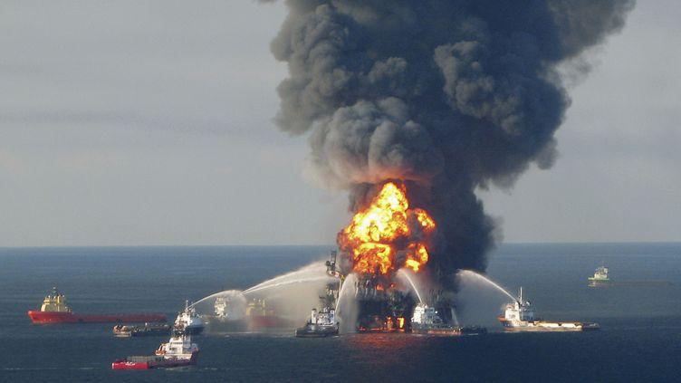 Des bateaux de secours tentent d'éteindre l'incendie sur la plateforme Deepwater Horizon de BP, au large de la Louisiane, dans le golfe du Mexique, le 21 avril 2010. (US COAST GUARDS / REUTERS)