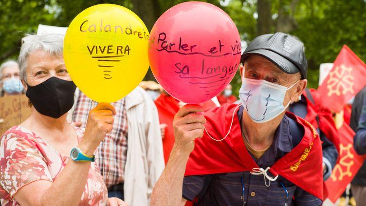 """Albi, le 29 mai 2021. Un couple porte des ballons pour défendre les langues régionales.Manifestation musicale à l'appel du collectif """"Pour que vivent nos langues"""". (Illustration) (PATRICIA HUCHOT-BOISSIER / HANS LUCAS / AFP)"""