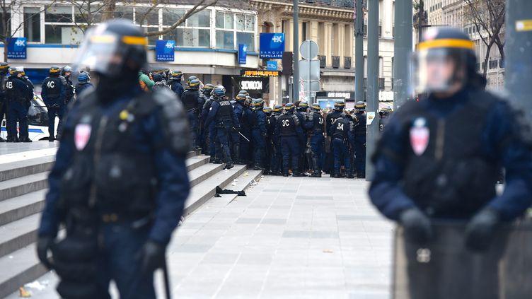 Les forces de l'ordre font face à des militants écologistes, lors d'une manifestation interdite, place de la République, à Paris, le 29 novembre 2015. (MAXPPP)