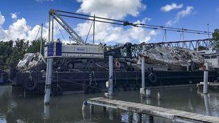 Le réaménagement de Port Cohé au Lamentin, en janvier 2019, et le dégagement progressif des épaves et bateaux abandonnés dans le chenal du port de plaisance avant sa rénovation. (BERTRAND CARUGE / MARTINIQUE LA 1ERE)