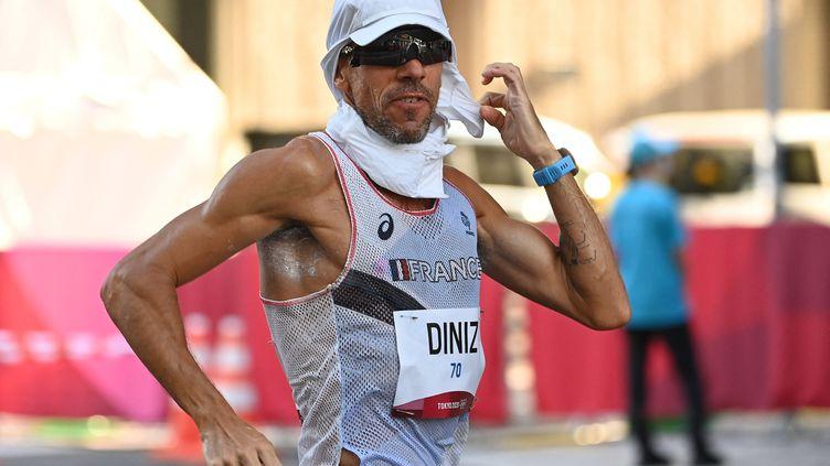 Yohann Diniz sous la chaleur et l'humidité de Sapporo au Japon, avant son abandon sur le 50 km marche des Jeux olympiques de Tokyo le 6 août 2021. (CHARLY TRIBALLEAU / AFP)