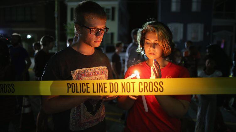 Des habitants de Charleston (Caroline du Sud) se recueillent, le 18 juin 2015, devant l'église où un homme a tué neuf personnes, le 17 juin. (CHIP SOMODEVILLA / GETTY IMAGES NORTH AMERICA / AFP)
