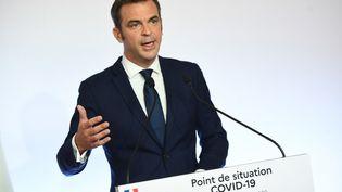 Olivier Véran, le 27 août 2020 lors d'une conférence de presse à Matignon. (CHRISTOPHE ARCHAMBAULT / AFP)